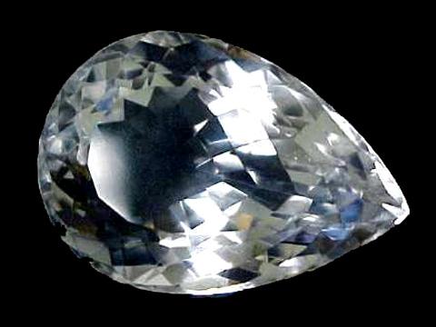Друзы горного хрусталя можно найти высоко в горах.  Это прозрачные кристаллы бесцветного кварца.